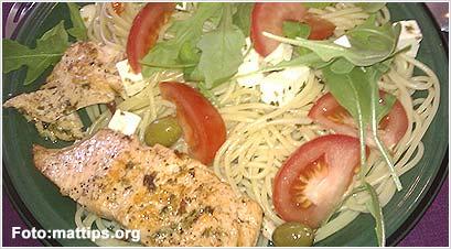 Spaghetti med laks, feta, tomat og ruccola